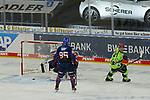 Ingolstadts Tim Wohlgemuth (Nr.33) trifft gegen Mannheims Felix Brückmann / Brueckmann (Nr.90) zum 1:1 Ausgleich beim Spiel in der Gruppe Sued der DEL, Adler Mannheim (dunkel) - ERC Ingolstadt (hell).<br /> <br /> Foto © PIX-Sportfotos *** Foto ist honorarpflichtig! *** Auf Anfrage in hoeherer Qualitaet/Aufloesung. Belegexemplar erbeten. Veroeffentlichung ausschliesslich fuer journalistisch-publizistische Zwecke. For editorial use only.