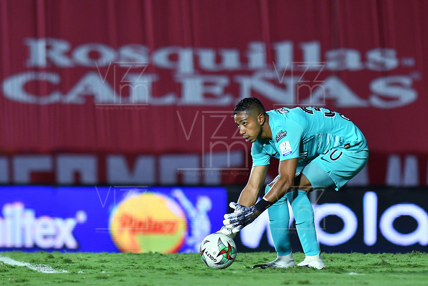 CALI - COLOMBIA, 21-11-2020: José Cuadrado arquero del Nacional en acción durante partido por los cuartos de final ida como parte de la Liga BetPlay DIMAYOR 2020 entre América de Cali y Atlético Nacional jugado en el estadio Pascual Guerrero de la ciudad de Cali. / Jose Cuadrado goalkeeper of Nacional in action during match for the quarterfinal first leg as part of BetPlay DIMAYOR League 2020 between America de Cali and Atletico Nacional played at Pascual Guerrero stadium in Cali city. Photos: VizzorImage / Nelson Rios / Cont.