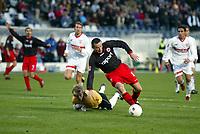 St¸rmer Markus Beierle verstolperte die grˆflte Torchance f¸r die Frankfurter Eintracht, Stuttgarts Torwart Timo Hildebrand ist geschlagen