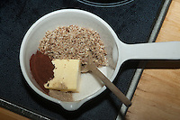 Kind, Junge macht aus Haselnüssen eine eigene Nuss-Schoko-Creme, geriebene Nüsse, Butter, Zucker, Kakao werden in Topf auf Herd erhitzt und vermischt, (Nutella), Hasel, Ernte, reife Nüsse Haselnuß, Haselnuss, Früchte, Nuß, Nuss, Corylus avellana, Cob, Hazel, Coudrier, Noisetier commun