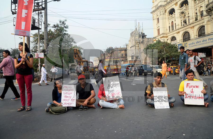 KOLKATA, ÍNDIA - 17.02.2016: PROTESTO-ÍNDIA - Estudantes protestam contra a prisão de Kanhaiya Kumar, dirigente juvenil da Universidade Jawaharlal Nehru (JNU), nesta quarta-feira (17). (Foto:Saikat Paul/Brazil Photo Press)