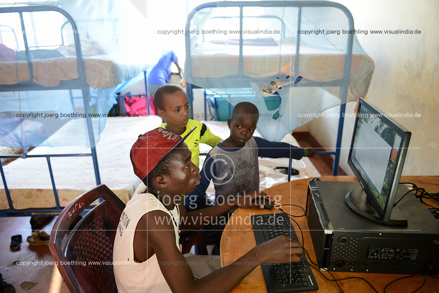 KENYA, Turkana, refugee camp Kakuma IV, JRS Jesuit refugee Service, shelter for children / KENIA, Turkana, Fluechtlingslager Kakuma 4, JRS Jesuit refugee Service, Kinderschutz Zentrum, playing at computer