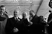 Ateliers Sud Aviation (Saint-Martin-du-Touch). 11 décembre 1967. Plan taille en contre-plongée de personnalités : à droite Jean Chamant (ministre des Transports) tenant un coffret dans les mains, à côté de lui Maurice Papon (Président Sud Aviation). Cliché pris lors de la présentation officielle du prototype français du Concorde.