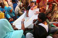 29.10.2007 Varanasi(Uttar Pradesh)<br /> <br /> Women performing a ritual on the ghat.<br /> <br /> Femmes réalisant un rituel sur le ghat.