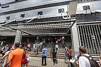 SAO PAULO, SP, 05.01.2014 - FUVEST / 2 FASE - Vestibulandos chegam para segunda fase da prova da Fuvest na UNINOVE unidade Barra Funda na regiao oeste de Sao Paulo, neste domingo, 05. (Foto: William Volcov / Brazil Photo Press).