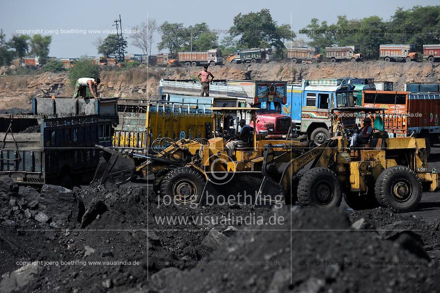INDIA Dhanbad, open-cast coal mining of BCCL Ltd a company of COAL INDIA coal loading on truck / INDIEN Dhanbad , offener Kohle Tagebau von BCCL Ltd. ein Tochterunternehmen von Coal India, Verladung auf LKW