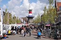 Nederland Leiden 2021.  Molen de Valk. De Valk is een stellingmolen en tegewoordig een museum. Rond Koningsdag en Bevrijdingsdag is de molen bekleed met een nederlandse vlag. Markt op de Nieuwe Beestenmarkt.  Foto ANP / Berlinda van Dam