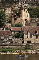 Europe/France/Aquitaine/24/Dordogne/La Roque Gageac: Maisons sur les bords du fleuve et navigation fluviale, à l'arrière plan, la deumeure du chanoine de Tarde