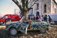 - Guerra in Yugoslavia, Croazia, Novembre 1994, distribuzione di aiuti umanitari agli abitanti isolati dell'altopiano di Lika, presso la frontiera con la Kraina Serba<br /> <br /> - War in Yugoslavia, Croatia, November 1994, distribution of humanitarian aid to the isolated inhabitants of the Lika plateau, near the border with Serbian Kraina