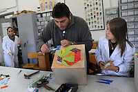 Istituto Statale d'Arte e Liceo Artistico Roma 2.Esercitazione didattica degli studenti della sezione di mosaico nel laboratorio..State Institute of Art and Art School Roma. Tutorial teaching of students in the section of mosaic in the laboratory.Il professore Sergio Camilloni durante una lezione.....