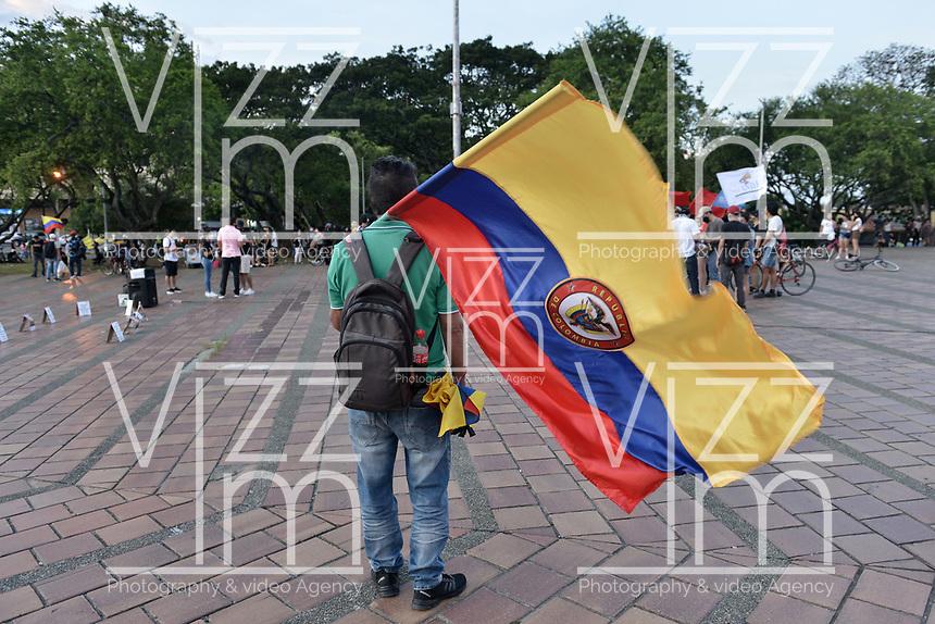 CALI - COLOMBIA, 21-08-2020: Un hombre ondea una bandera de Colombia durante la Movilización por la Vida convocada en la ciudad de Cali como protesta por la recientes masacres de 5 jóvenes en Cali y 9 en Samaniego, Nariño con lo que, según cifras de UN ya se completan 33 masacres en Colombia durante el 2020. / A man waves a Colombian flag during the Mobilization for Life called in the city of Cali to protest the recent massacres of 5 young people in Cali and 9 in Samaniego, Nariño, with which, according to UN figures, 33 massacres are already completed in Colombia during 2020. Photo: VizzorImage / Gabriel Aponte / Staff