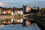 Ireland, County Kilkenny, Kilkenny: Kilkenny Castle on River Nore | Irland, County Kilkenny, Kilkenny: mittelalterliches Schloss Kilkenny Castle am Nore River