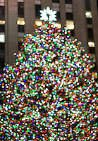 AVAILABLE FROM WWW.PLAINPICTURE.COM FOR LICENSING.  Please go to www.plainpicture.com and search for image # p5690251.<br /> <br /> Defocused View of the Christmas Tree at Rockefeller Center, Midtown Manhattan, New York City, New York State, USA