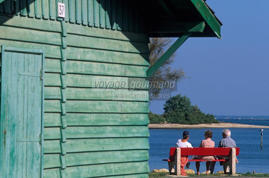 Europe/France/Aquitaine/33/Gironde/Bassin d'Arcachon/Gujan-Mestras: Port Larros (Port ostréïcole) - Trois personnes assises sur un banc regardant la mer