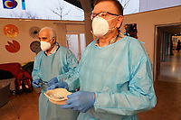 Gross-Gerau 27.12.2020: Erste Corona Impfung im Kreis Groß-Gerau<br /> Erste Covid 19 Impfstoff Ampulle von Pfizer-Biontech wird gemischt und in Spritzen abgefüllt von den Apotheker Fritz Klink, der ihn an die Impfstation bringt