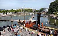 Nederland  Amsterdam -  2019. Boardwalk over de binnenhaven van het Marineterrein. Op de voorgrond de steiger van het Scheepvaartmuseum.  Foto Berlinda van Dam / Hollandse Hoogte