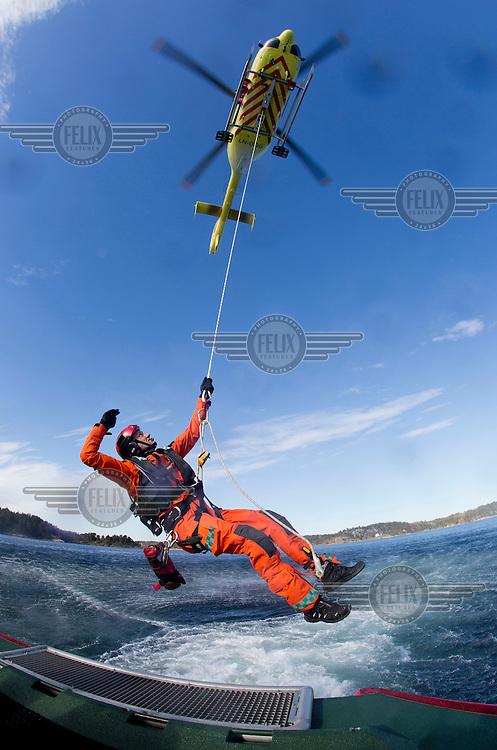 Norsk Luftambulanse har godt samarbeid med lokale aktører. Her trener de sammen med redningsskøyta i Arendal, et samarbeid som kan bli reelt i løpet av sommeren.<br /> <br /> Magasin 2/2015<br /> <br /> Rescue paramedic Stig Olsen.<br /> Norwegian Air Ambulance base Arendal.