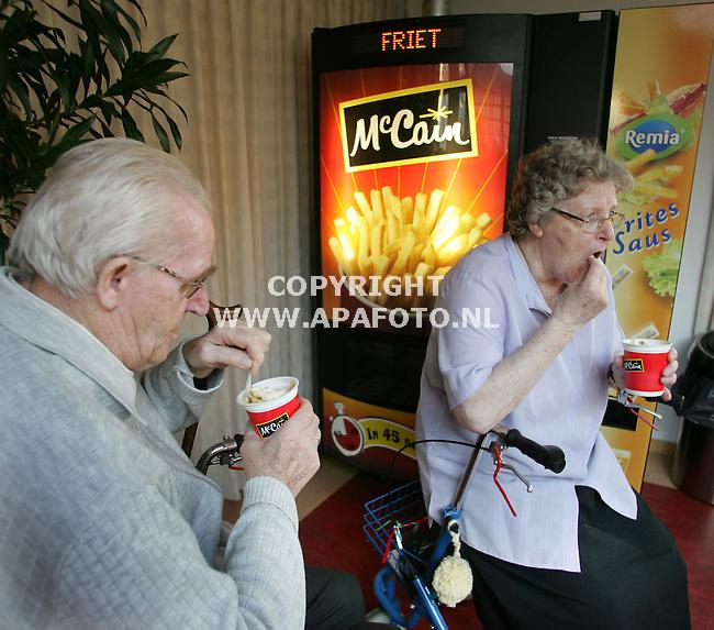 """arnhem 070205 Bejaarden eten frites uit de automaat in verzorgingstehuis """"vreedenhoff""""<br />foto frans ypma APA-foto"""