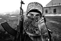En kvinnelig tsjetsjensk geriljasoldat. A? dekke til ansiktet er i utganskpunktet ikke en tsjetsjensk tradisjon, men a?rene med krig har medført ba?de en religiøs radikalisering og behov for a? skjule sin identitet..