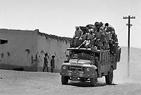 - Northern Sudan, truck through a village in Tombos area, along the Nilo ....- Sudan settentrionale, autocarro attraversa un villaggio nella zona di Tombos, lungo il Nilo
