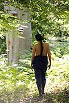 Le pantalon, l'été, la poule, la pastourelle, la boulangère<br /> <br /> Chorégraphie : Julie Desprairies<br /> Costumes : Louise Hochet<br /> Interprètation : Elise Ladoué<br /> Cadre : Festival des Fabriques<br /> Lieu : Bord de Launette, Parc Jean Jacques Rousseau<br /> Ville : Ermenonville<br /> Date : 28/06/2015<br /> (C)2015 Laurent paillier / photosdedanse.com, tous droits réservés