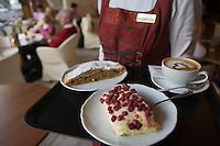 """Europe/Italie/Trentin Haut-Adige/Dolomites/Alta Badia/ Corvara:Service des  patisseries au Salon de Thé Patisserie """"Tablé"""" tiramisu aux fruits rouges,Strudel aux pommes, et le chocolat maison"""