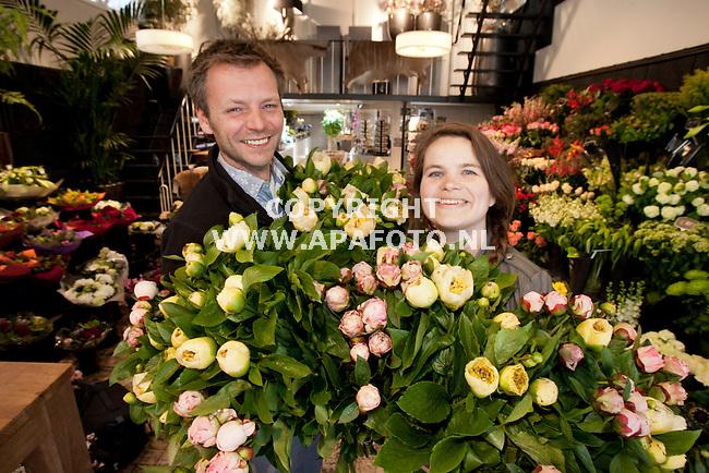 APELDOORN 180512 Chris Derksen en zijn vrouw Marjolein van Bloembinderij De Eeuwige Lente in Apeldoorn.<br /> Foto Jorrit Knuvelder - APA Foto