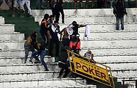 MANIZALES - COLOMBIA, 07-04-2017: Hinchas del Once protagonizan disturbios en la graderias del estadio durante el juego durante el encuentro entre Once Caldas y Jaguares FC por la fecha 12 de Liga Águila I 2017 jugado en el estadio Palogrande de la ciudad de Manizales./  Fans of Once staged riots inthe stadium bleachers during the match between Once Caldas and Jaguares FC during match for the date 12 of the Aguila League I 2017 played at Palogrande stadium in Manizales city. Photo: VizzorImage / Santiago Osorio / Cont