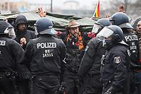 """Sogenannten """"Querdenker"""" sowie verschiedene rechte und rechtsextreme Gruppen hatten fuer den 18. November 2020 zu einer Blockade des Bundestag aufgerufen. Sie wollten damit verhindern, dass es eine Abstimmung ueber das Infektionsschutzgesetz gibt.<br /> Es sollen sich ca. 7.000 Menschen versammelt haben. Sie wurden durch Polizeiabsperrungen daran gehindert zum Reichstagsgebaeude zu gelangen. Sie versammelten sich daraufhin u.a. vor dem Brandenburger Tor.<br /> Im Bild: Die Polizei setzt nach Aufloesung der Kundgebung und mehrfachen Flaschenwuerfen vor dem Brandenburger Tor Wasserwerfer ein. Etliche Demonstranten waren mit entsprechender Schutzkleidung (Schutzbrillen und Regenkleidung), Gasmasken und Schutzplanen darauf vorbereitet. <br /> 18.11.2020, Berlin<br /> Copyright: Christian-Ditsch.de"""