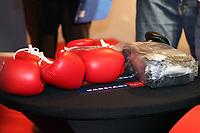 Jonathon Banks (USA) sucht sich Handschuhe fuer den Kampf aus