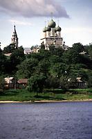 RUSSIA  Viaggio in battello da San Pietroburgo a Mosca lungo il Volga. Vista su una riva: alberi, case, e cupole di una chiesa ortodossa.