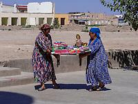 Händlerinnen in Xiva, Usbekistan, Asien, UNESCO-Weltkulturerbe<br /> streetvendor in historic city Ichan Qala, Chiwa, Uzbekistan, Asia