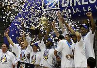 BOGOTA - COLOMBIA - 16-10-2015:  Jugadores de Bucaros levantan la copa que los acredita como campeones de La Liga Directv de Baloncesto 2015-2 al vencer  a Piratas de Bogota en el  tercer partido de la final jugado en el Coliseo el Salitre. / . Bucaros players lift the cup that accredits them as Champions League Basketball Directv 2015-2 beating Piratas of Bogota in the third game of the final played at the Coliseum El  Salitre. Photo: VizzorImage / Felipe Caicedo / Staff.