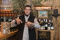 Europe/France/Rhône-Alpes/74/Haute-Savoie/Avoriaz:    Aimé Stoesser restaurant La Réserve , décante une bouteille de vin (Non destiné à un usage publicitaire - Not intended for an advertising use]