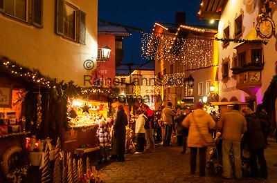 Oesterreich, Tirol, Kitzbuehel: internationaler Wintersportort, weihnachtliches Treiben in der Altstadt   Austria, Tyrol, Kitzbuehel: international ski resort, Christmas feeling at Old Town