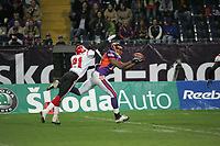 Walter Young (Wide Receiver Frankfurt Galaxy) f‰ngt den Ball gegen Aric Williams (Cornerback Cologne Centurions)