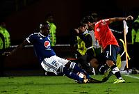 BOGOTÁ - COLOMBIA, 17-05-2018: Felipe Banguero (Izq.) jugador de Millonarios (COL), disputa el balón con Martín Benítez (Der.) jugador de Club Atlético Independiente (ARG), durante partido entre Millonarios (COL) y Club Atlético Independiente (ARG), de la fase de grupos, grupo G, fecha 5 de la Copa Conmebol Libertadores 2018, en el estadio Nemesio Camacho El Campin, de la ciudad de Bogota. / Felipe Banguero (L) player of Millonarios (COL), fights for the ball with Martin Benitez (R) player of Club Atlético Independiente (ARG), during a match between Millonarios (COL) and Club Atletico Independiente (ARG), of the group stage, group G, 5th date for the Conmebol Copa Libertadores 2018 in the Nemesio Camacho El Campin stadium in Bogota city. VizzorImage / Luis Ramirez / Staff.