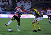 BARRANQUILLA - COLOMBIA, 08-11-2020: Teofilo Gutierrez de Atletico Junior y Carlos Perez de Alianza Petrolera disputan el balon, durante partido entre Atletico Junior y Alianza Petrolera, de la fecha 18 por la Liga BetPlay DIMAYOR 2020 jugado en el estadio Romelio Martinez de la ciudad de Barranquilla. / Teofilo Gutierrez de Atletico Junior and Carlos Perez of Alianza Petrolera battle for the ball, during a match between Atletico Junior and Alianza Petrolera of the 18th date for the BetPlay DIMAYOR Leguaje 2020 played at the Romelio Martinez Stadium in Barranquilla city. / Photo: VizzorImage / Jesus Rico / Cont.