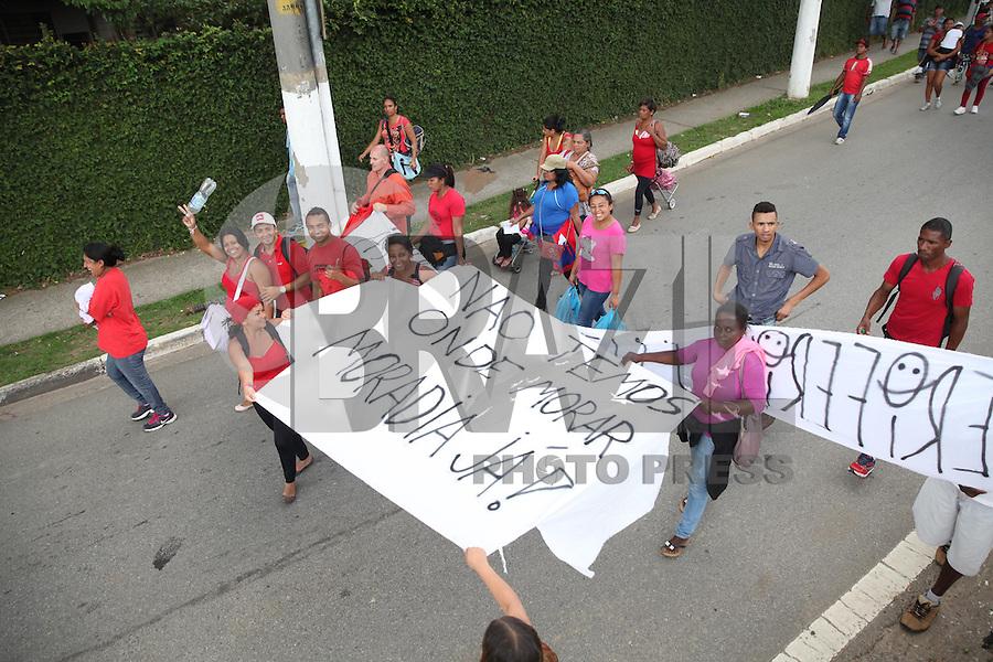 SAO PAULO, SP, 04.03.2015 - PROTESTO REDE EXTREMO SUL - Manifestantes do movimento Rede Extremo Sul, fecham a pista local da Avenida das Nações Unidas, nesta quarta-feira (4). Eles reinvidicam moradia para cerca de 800 familias.(Douglas Pingituro / Brazil Photo Press)