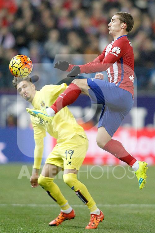 Atletico de Madrid's Antoine Griezmann (r) and Villareal's Samu Castillejo during La Liga match. February 21,2016. (ALTERPHOTOS/Acero)