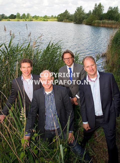Arnhem, 090611<br /> Seafari<br /> VLNR: Koen Arts (Wiegerinck Architecten), Marco Derksen (Seafari), Dinant te Brinke (BAM Utiliteitsbouw Arnhem), Niek Maessen (Maessen en Hendriks) staan op de plek bij de Rijkerswoerdse plassen waar het Seafari moet komen.<br /> Foto: Sjef Prins - APA Foto