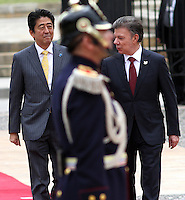 BOGOTA -COLOMBIA. 29-07-2014.  El primer Ministro de Japon Shinzo Abe (Izq) y el presidente de Colombia Juan Manuel Santos (Der) durante los honores militares en el Palacio de Nariño . Primera visita oficial de un madatario japones en 106 años a Colombia. / The Prime Minister of Japan Shinzo Abe (L), President of Colombia Juan Manuel Santos (R)  during military honors at the Palacio de Nariño. .The first official visit by a Japanese madatario  to Colombia in 106 years, Photo: VizzorImage/ Felipe Caicedo / Staff