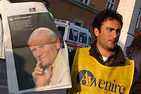 Stato della Città del Vaticano. Funerali di Papa Giovanni Paolo II. .Vatican City State. Funeral of Pope John Paul II..Venditori extracomunitari mentre vendono i giornali ..Immigrant Newspaper vendor ..