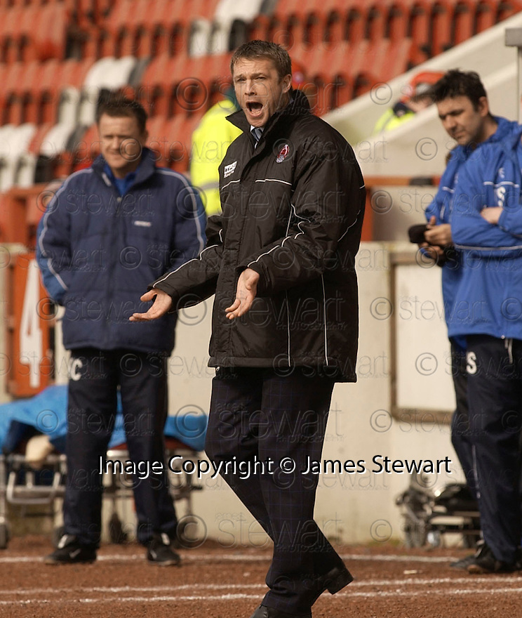 20040403     Copyright Pic : James Stewart.File Name : jspa06_clyde_v_qots.CLYDE MANAGER ALAN KERNAGHAN SHOUTS OUT HIS INSTRUCTIONS......James Stewart Photo Agency 19 Carronlea Drive, Falkirk. FK2 8DN      Vat Reg No. 607 6932 25.Office     : +44 (0)1324 570906     .Mobile  : +44 (0)7721 416997.Fax         :  +44 (0)1324 570906.E-mail  :  jim@jspa.co.uk.If you require further information then contact Jim Stewart on any of the numbers above.........