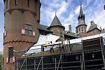 HAARZUILENS - In Haarzuilens is bouwbedrijf De Bonth van Hulten uit Nieuwkuijk bezig met de restauratie van kasteel de Haar. In opdracht van Stichting kasteel de Haar, met subsidie van het Rijk, wordt momenteel gewerkt aan de zng riddertoren en de houten brug die het kasteel met het châtelet verbindt. Hoewel het kasteel van ver af een stoere indruk maakt, blijkt van dichtbij dat achterstallig onderhoud geleidt heeft tot brokkelige muren, verrot houtwerk en lekkende daken. De afgelopen jaren zijn diverse bijgebouwen zoals de paardenstallen gerestaureerd. ANP PHOTO COPYRIGHT TON BORSBOOM