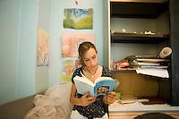 homeschooling, educazione parentale.Asya,12 anni, mentre studia
