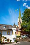 Oesterreich, Osttirol, Nationalpark Hohe Tauern, Virgental, Virgen: Gasthof Neuwirt und spaetgotische Pfarrkirche im Ortszentrum | Austria, East-Tyrol, High Tauern National Park, Virgen Valley, Virgen: Restaurant Neuwirt and parish church at village centre