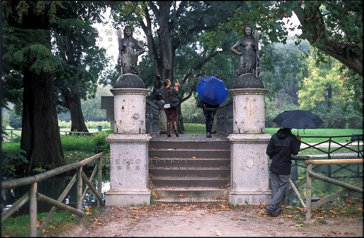 Milano, il Ponte delle Sirenette. Un tempo sul naviglio in via San Damiano (attuale Visconti di Modrone), oggi campeggia allo stagno del Parco Sempione --- Milan, The Ponte delle Sirenette (bridge of mermaids). In the past over the Naviglio in San Damiano street (today's Visconti di Modrone street), now it lays at the pond of Sempione Park