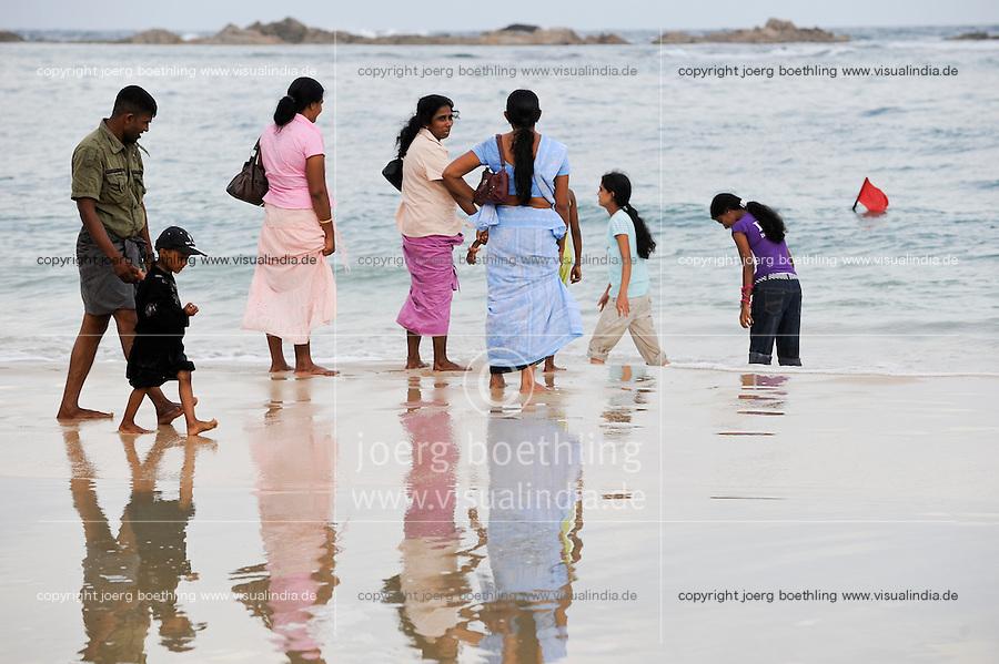 SRI LANKA Trincomalee, Tamil Hindu pilgrims take bath in indian ocean after visit the holy Koneshwaram Hindu temple / SRI LANKA Trincomalee , Tamilische Hindus nehmen ein Bad im Meer nach Besuch des Koneshwaram Hindutempel