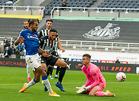 1st November 2020; St James Park, Newcastle, Tyne and Wear, England; English Premier League Football, Newcastle United versus Everton; Dominic Calvert-Lewin of Everton beats Martin Dúbravka of Newcastle United to the ball and finishes past keeper Karl Darlow to make it 2-1 in the 91st minute